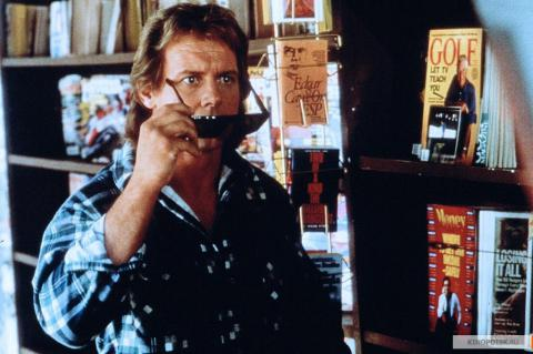 Кадр из фильма Они живут (Чужие среди нас), 1988 год (01)