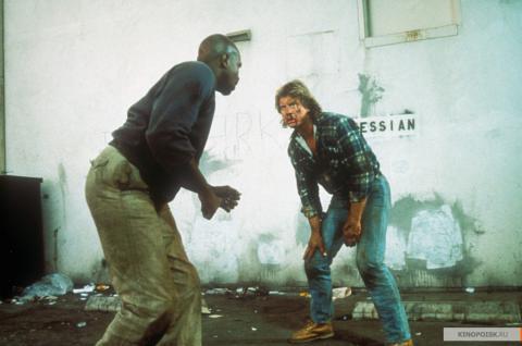 Кадр из фильма Они живут (Чужие среди нас), 1988 год (06)