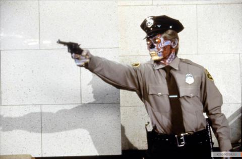 Кадр из фильма Они живут (Чужие среди нас), 1988 год (09)