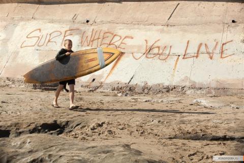 Кадр из фильма Покорители волн, 2012 год (05)
