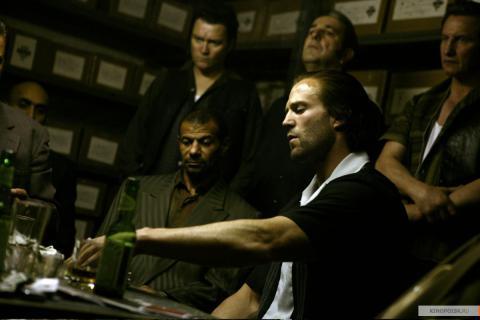 Кадр из фильма Револьвер, 2005 год (01)