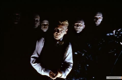 Кадр из фильма Тёмный город, 1998 год (02)