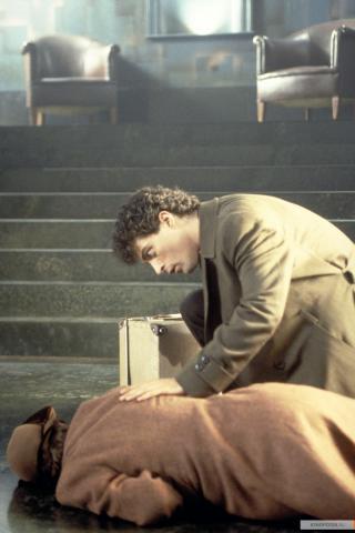 Кадр из фильма Тёмный город, 1998 год (09)