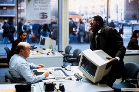 Кадр из фильма В чужом ряду, 2002 год (08)