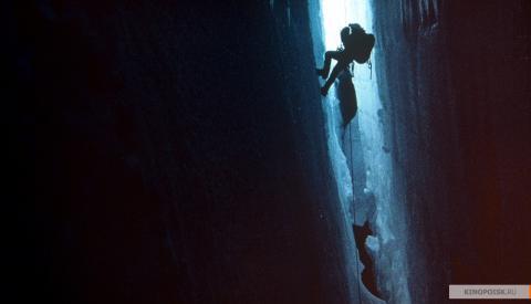 Кадр из фильма Касаясь пустоты, 2003 год (03)